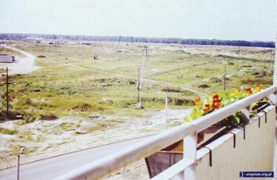 Z balkonu bloku przy Miklaszewskiego 1 widać ulicę Nugat (Gandhi) i wielkie pole, na którym dziś jest szkoła i Arena Ursynów. Nad. Stefan Sosnowski