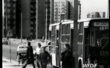 """Autobus 195 jedzie z Placu Zwycięstwa na Ursynów Północny. Przystanek na Herbsta róg Romera. Kadr z filmu """"Skupisko"""", reż. J. Gębski (WFDiF)"""