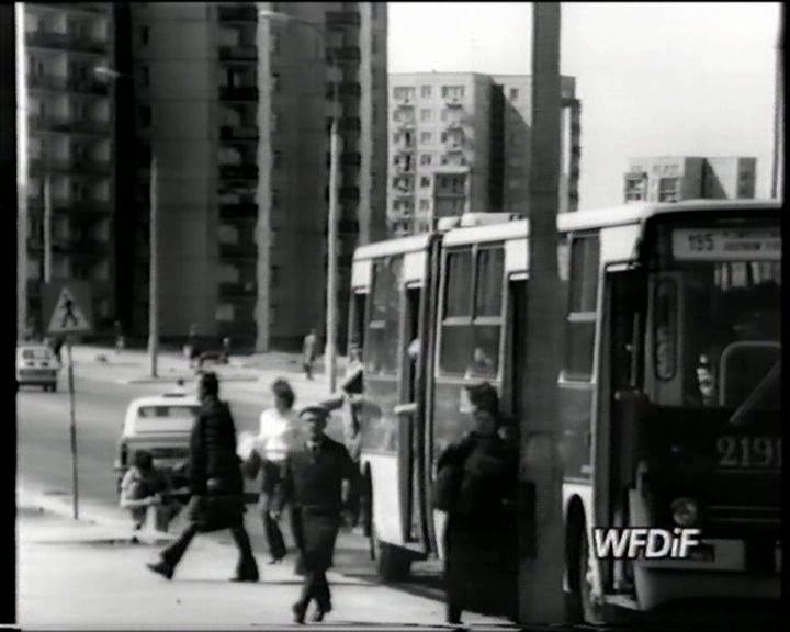 Autobus 195 jedzie z Placu Zwycięstwa na Ursynów Północny. Przystanek na Herbsta róg Romera. Kadr z filmu