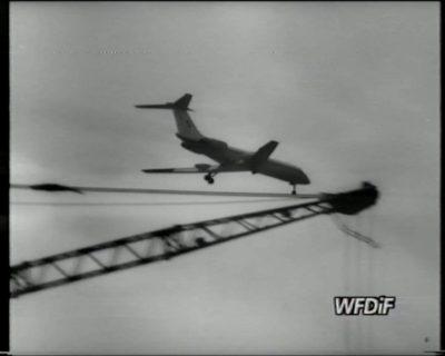 """Ląduje Tu-134 w barwach specpułku. Kadr z filmu """"Skupisko"""", reż. J. Gębski. Prod. WFDiF"""