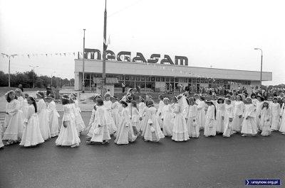 Dziewczynki komunijne przed Megasamem, który działa od niecałego roku. Fot. Włodzimierz Pniewski