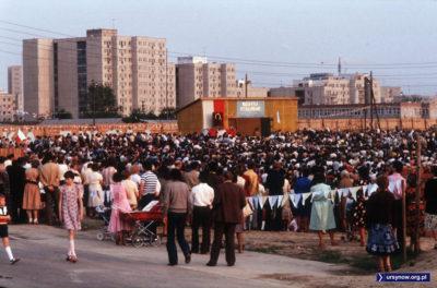Napis nad drewnianym ołtarzem przypomina, że nawet w 1981 rząd dusz w Polsce dzierży inna królowa niż partia robotnicza. Fot.: Włodzimierz Pniewski, inne zdjęcia autora: www.garnek.pl/zdyrma