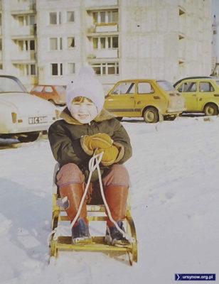 Zimowa scenka na Miklaszewskiego. Widzimy cztery maluchy. Trzy na kołach a czwarty na sankach. Nad. Stefan Sosnowski