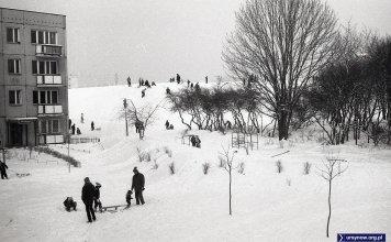 W 1982 górka była jeszcze całkiem młoda. Usypano ją z urobku ziemi. Fot. Andrzej Kubik