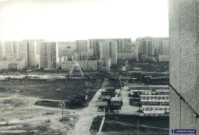 Rok 1983 lub raczej 1984: Natolin przeciął już wykop metra. To początek budowy stacji metra. W tle bloki przy Meander. Zdjęcie nadesłał Paweł Gęsicki