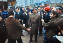 Generał i ówczesny premier Wojciech Jaruzelski na budowie osiedla Wyżyny. Kwiecień 1984. Fot. Maciej Belina Brzozowski