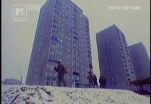 No, może nie do końca Moonwalk, chociaż epoka ta sama. To Lady Pank na tle 15-piętrowców przy Szolc-Rogozińskiego, czyli widok z dołu na miejsce, skąd przed chwilą lustrowaliśmy okolicę z wysokiego balkonu. Kadr z MTV Classic.