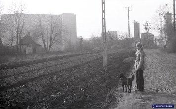 Wybrukowana Imbirowa w kierunku Nowoursynowskiej. Za nią wytwórnia asfaltu, a w tle blok przy Grzegorzewskiej 6. Fot. Andrzej Kubik