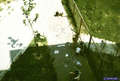 Maj w mieście, czyli gry i zabawy na rozgrzanym chodniku przed blokiem przy Bacewiczówny. Dylu dylu na badylu, po awarii w Czarnobylu. Fot. Adam Myśliński.