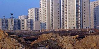 Rozkopany plac budowy na rogu Lanciego i Belgradzkiej przetrwał w tej formie aż do nastania nowej rzeczywistości. W latach '90 dziurę wykorzystał deweloper i postawił w niej wielki blok. Fot. Maciej Belina Brzozowski