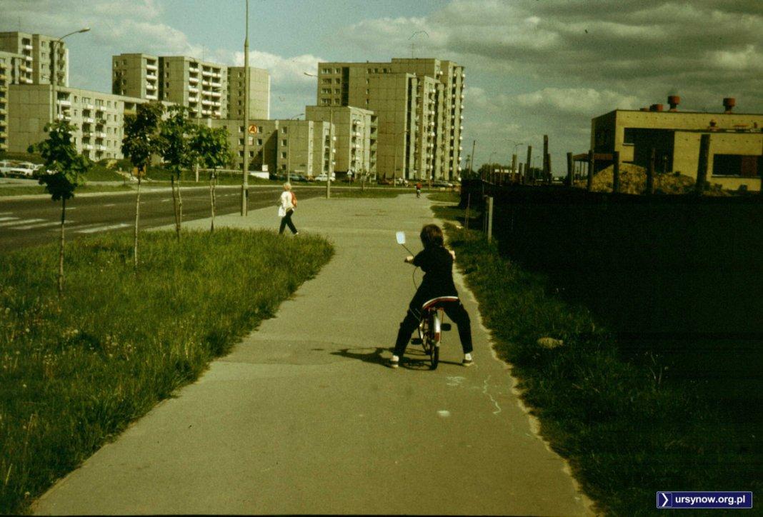 Ulica Cynamonowa. Po prawej, za płotem powstaje szkoła podstawowa. Na wprost, za ulicą, blok przy ulicy Grzegorzewskiej 3 słynny na całą Polskę jako Alternatywy nr 4. Fot. Adam Myśliński.