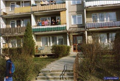 Ślub nie trafia się co dzień, a ślub z Mercedesem - tym bardziej, stąd ogromne zainteresowanie sąsiadów z Puszczyka 1. Zdjęcie nadesłał Marcin Cieślak.