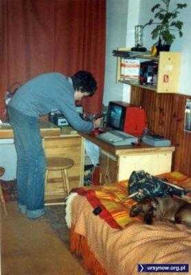 Autor strony zajęty grą w karate na Atari 130 XE w swoim mieszkaniu na Koncertowej. Szczegóły: magnetofon kasetowy jako nośnik danych, telewizor Junost' (ZSRR) jako monitor. A poza tym: boazeria, plecak militarny i geranium na półce. Klasyka epoki. (Fot. archiwum prywatne).