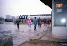 Ił-18 stojący obok pętli autobusowej Natolin. Miała w nim powstać restauracja, ale biznes nie wypalił. Fot. Andrzej Kubik