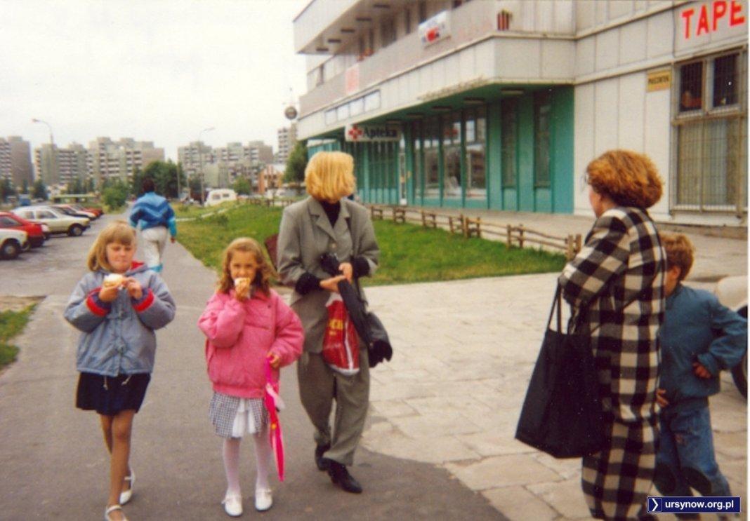 Gofry są dobre na wszystko - zwłaszcza, gdy pochodzą z pawilonu przy Dereniowej. Smakołyk wcina Katarzyna Pietrzak. Na piętrze jeszcze nie ma słynnej restauracji