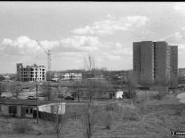 Pozostałości po zapleczu budowy w miejscu, gdzie stoi dziś szkoła Przymierza Rodzin. Po prawej - Grzegorzewskiej, po lewej - Rosoła. Fot. Andrzej Kubik