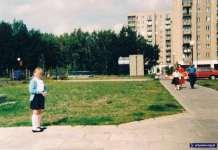 Anna Soboniak w drodze na rozpoczęcie roku szkolnego. Za kilka lat w tym samym miejscu, nad stacją metra Natolin, będzie już przebiegała Aleja KEN.