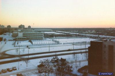 Popołudniowy widok z balkonu przy Miklaszewskiego 3 na szkołę przy Hirszfelda. Po prawej, za Pileckiego, widać nowo wybudowane hospicjum. Fot. Paweł Chocha