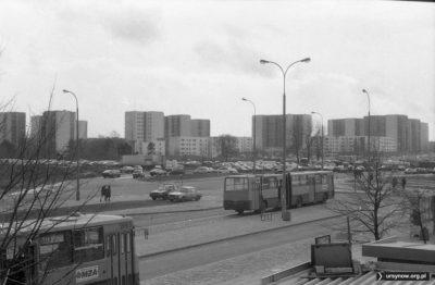 Pętla na Natolinie, widok w kierunku Meander. Zwróćcie uwagę, ile tu jest zaparkowanych aut! Fot. Andrzej Kubik