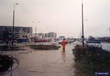Pętla autobusowa Natolin Płn. w deszczu. Niebieski znak po prawej to klasyczny ursynowski drogowskaz - pomoc nawigacyjna. Obok widzimy jeszcze dwa podświetlane znaki drogowe. Rarytas! Fot. Adam Łowicki