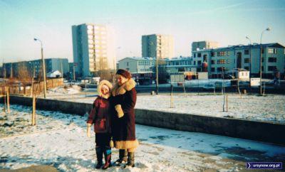 Po lewej stronie zdjęcia mamy róg Lanciego i Belgradzkiej, a za nim ogrodzoną drewnianym parkanem dziurę, która chyba z 15 lat czekała aż wybudują w niej cokolwiek. Powstał blok. Nad. Anna Soboniak.