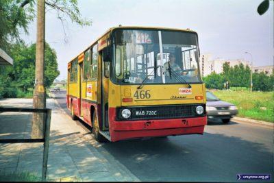 Autobus 412 (Emilii Plater-Kabaty, do 2001 roku) wjechał właśnie na Ursynów i staje w Alei KEN na wysokości Końskiego Jaru. Dziś przystanek przeniesiono nieco dalej. Dziwna rama po lewej to resztki dawnego drogowskazu kierującego do bloków przy Końskim Jarze. Fot. Dariusz Kalinowski.