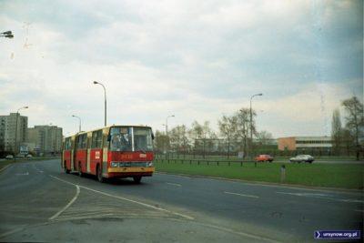 403 pędzi ulicą Rosoła w kierunku Ciszewskiego. Między jezdniami samotna szyna - prawie jak tor pociągu magnetycznego. Wzrok przyciąga też po lewej reklama Remy 1000 na Hawajskiej. Fot. Dariusz Kalinowski.