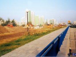 Budowa Alei KEN nad stacją metra Imielin. Za płotem po prawej powstaje Multikino. Fot. Adam Łowicki