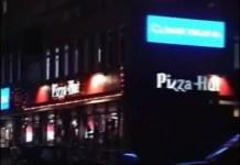 """Pizza Hut na Dereniowej w zamyśle była chyba częścią tria """"Pizza-KFC-Taco Bell"""", ale trzeciej części Ursynów nigdy się nie doczekał. Pizza po latach też przeniosła się na KEN. Kurczaki zostały na posterunku. Kadr z filmu promocyjnego Gminy Ursynów."""
