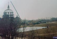 Jezioro Przy Bażantarni, za nim trwa budowa kościoła. Jezioro zimą zmienia się w osiedlowe lodowisko. Nad. FB/Hrabia Bąk