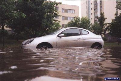 Ford - choć to Puma - za szybko raczej nie wyskoczy z wody po gwałtownej majowej ulewie, która do historii przeszła jako potop. Ulica Belgradzka na Natolinie, zdjęcie z serwisu grono.net.
