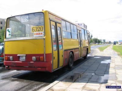 Z Bokserskiej na Natolin, ale przez Wyczółki. Linia 165 pokonuje ulicę Rosoła. Zdjęcie: Paulina Jakubicka-Wilczyńska.