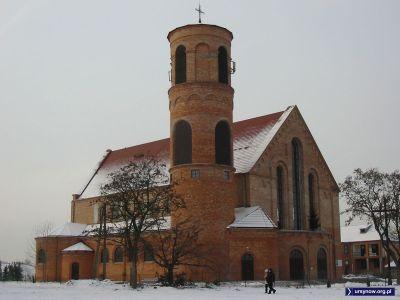Parafia przy Stryjeńskich jeszcze w pierwotnej surowej formie, zanim realizacji doczekał się pomysł ślicznego otynkowania i otoczenia jej pięknym płotem. Zdjęcie: Paweł Jamroz.