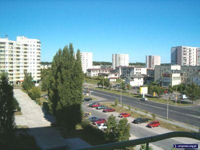 Cinquecento, duży fiat i polonez z parkingu przy Belgradzkiej będą musiały znaleźć sobie inne miejsce. Za kilka lat parking i ten widok znikną, zastąpione przez nowy blok. To samo ujęcie w Galeriach 2005 i 2006. Fot. Małgorzata Badowska.