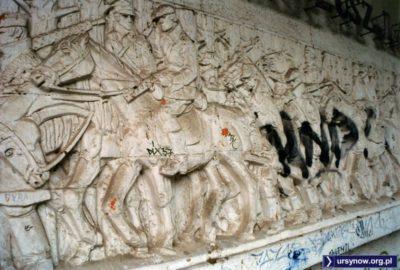 """""""My ze spalonych wsi, my z głodujących miast"""" - tak zaczynał się hymn Gwardii Ludowej i taki też tytuł nosi rzeźba na pawilonie przy Wiolinowej. Nie ma więc wątpliwości, że nie są to żołnierze wyklęci. Fot. Maciej Mazur."""