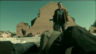"""Podkomisarz Despero nad trupami bandytów. Kadr z serialu """"Pitbull"""", odc. 16"""
