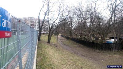 Po latach miejscy urzędnicy przypomnieli sobie, że ta dróżka nad Smródką po służewskiej stronie to dawna ulica Tarniny. Powieszono nawet taką tabliczkę. Fot. Maciej Mazur.