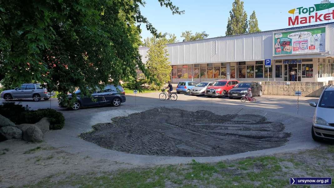 Betonowa niecka dawnej fontanny przy Wiolinowej zmienia się w osiedlowy klombik. Fot. Maciej Mazur