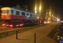 Laweta za lawetą cały pociąg drogowy metra na Alei KEN. Fot. Maciej Mazur