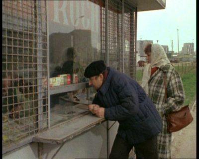 """Piękny przykład kiosku Ruchu. Ten stoi zapewne przy Herbsta, chociaż głowy nie dam. """"Alternatywy 4"""", odc. """"20. stopień zasilania"""". Prod. TVP."""