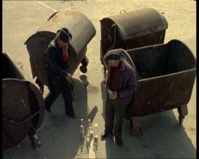 """Pojemniki na śmiecie. Teoretycznie ich klapy miały sprężyny i same się zamykały. Praktycznie szybko trafiał je szlag, więc otwarte śmietniki czuć było z dala. """"Alternatywy 4"""", odc. """"20. stopień zasilania"""". Prod. TVP."""