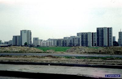 Widok z ulicy Puławskiej na budowane właśnie osiedle Jary - po lewej, z białą ścianą, blok przy Nutki, po prawej - ulica Puszczyka. Fot.: Włodzimierz Witaszewski.