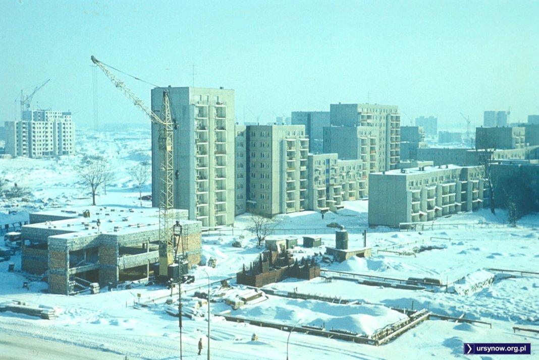Dom Sztuki już we właściwym rozmiarze, sąsiedni pawilon handlowy wciąż jeszcze nie wyszedł spod śniegu. Zima 1977/78, fot.: Włodzimierz Witaszewski.