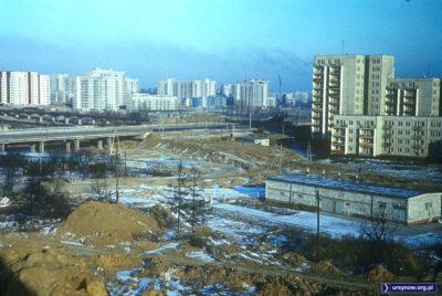 Wiatr coraz cieplejszy, to i śniegu coraz mniej. Z sypanej właśnie Kopy Cwila widać więc całą urodę Ursynowa po pierwszej zimie. Na Końskim Jarze na jednym balkonie mamy pranie, więc może to być początek 1978 roku. Fot. Włodzimierz Witaszewski.