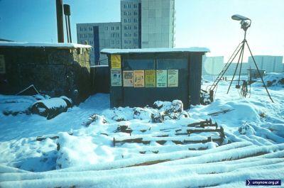 Baraki na placu budowy żłobka przy Wiolinowej. Po prawej bloki przy Pięciolinii. Fot. Włodzimierz Witaszewski.
