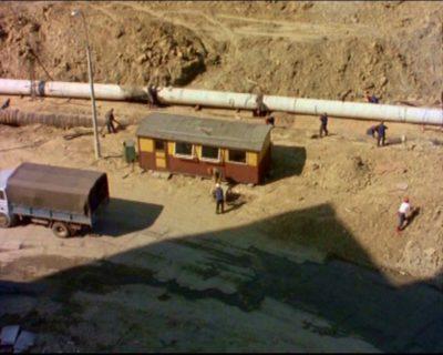 """Rok 1976. Inżynier Karwowski pierwszy raz przyjeżdża na plac budowy Ursynowa, jego biurem będzie ten barak na końcu Końskiego Jaru. Kadr z serialu """"Czterdziestolatek""""."""