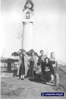 Wśród zebranych przed kapliczką na Wyczółkach - Pan Kazimierz Laskowski, który przekazał to zdjęcie i jego przyszła żona. W tle wieża wodociągowa obsługująca kompleks Wyścigów Konnych i dym - zapewne właśnie przejechał parowóz Kolejki Grójeckiej.
