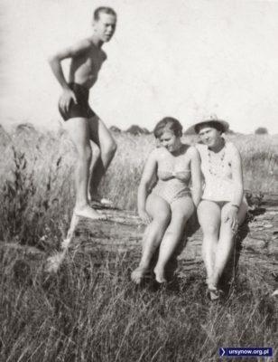 """Rok 1964, wakacyjna scena wśród pól otaczających """"Jeziórko"""", czyli istniejący do dziś staw przy Wełnianej. Nad. Mirosław Antoniak."""