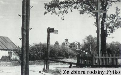 Nowoursynowska róg Tarniny, czyli dziś obok mostku nad Smródką. A kościółek to oczywiście Św. Katarzyna. Zdjęcie ze zbiorów Rodziny Pytko.