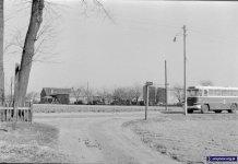 Jedyny autobus łączący Ursynów z miastem przemierza kocie łby Nowoursynowskiej i zaraz minie wylot ulicy Cynamonowej. Zdjęcie ze zbiorów Rodziny Pytko.